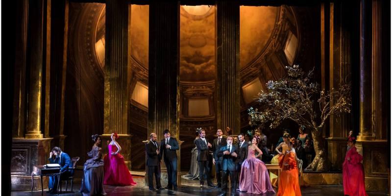 Imagen de Pálida Manon Lescaut entre mucho dorado.