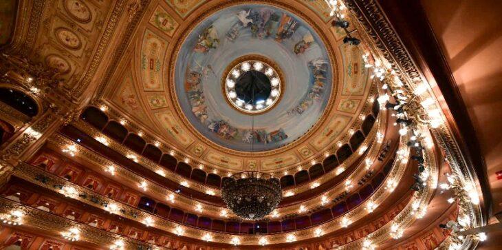 Imagen de Limpieza y mantenimiento de la espléndida Araña Principal del Teatro Colón