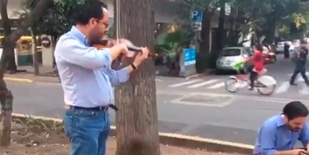 Imagen de Un violinista calma a la gente durante el sismo en México